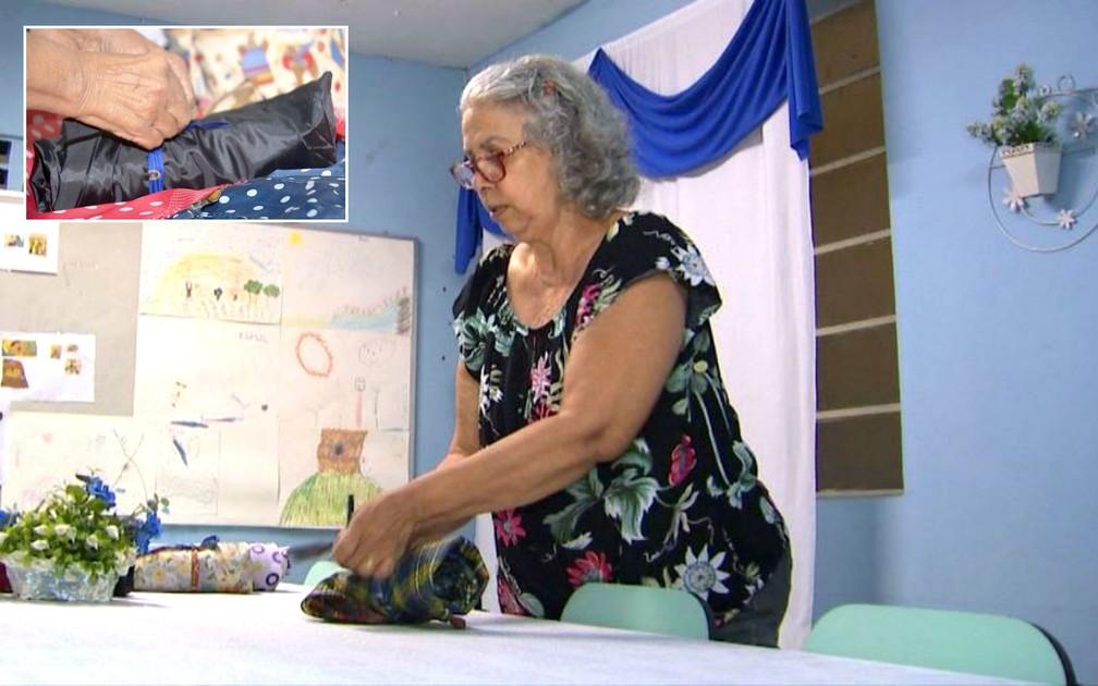 """A aposentada explica que o saco de dormir é projetado para virar um """"rolinho"""" (no detalhe), o que facilita o transporte — Foto: TV TEM/Reprodução"""