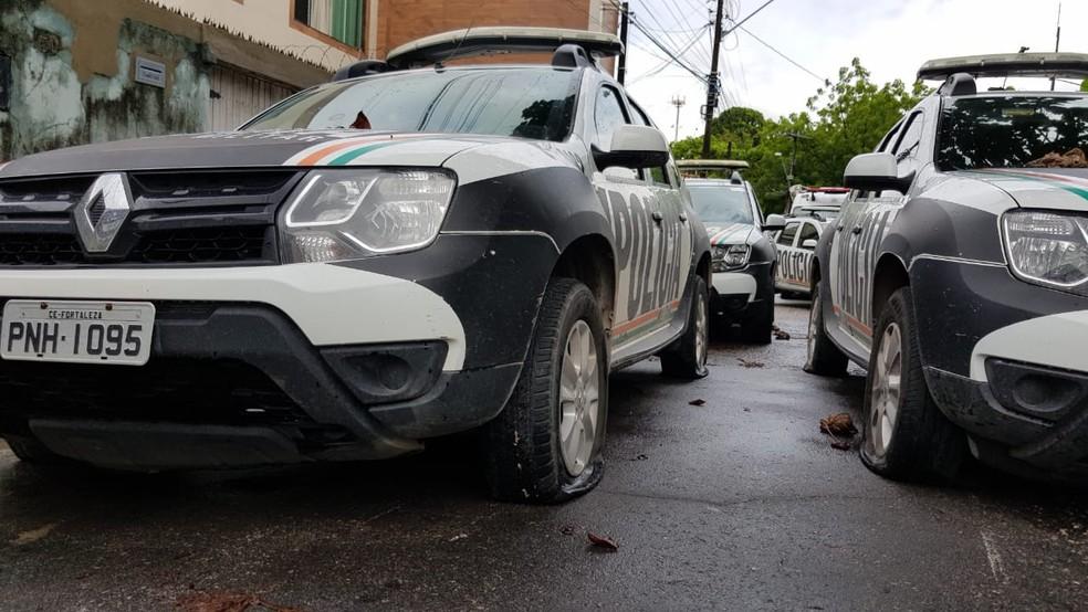 Pneus de carros oficiais foram esvaziados próximo a batalhão do Bairro Antônio Bezerra. — Foto: José Leomar