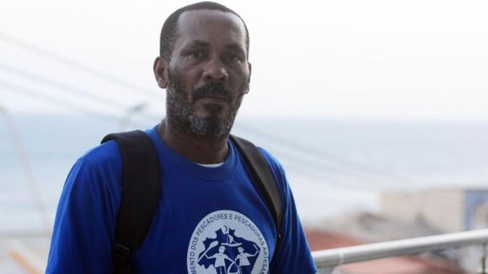 'Com esse óleo aí que está acabando com nossa vida, estou pedindo dinheiro emprestado a parente', diz o pescador Nildo Sacramento — Foto: BBC