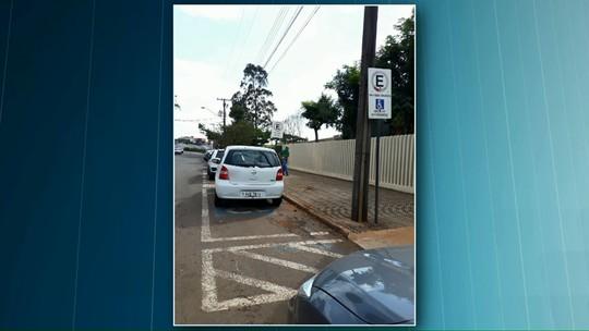 Carro da Prefeitura de Cascavel é flagrado estacionado em vaga para deficiente