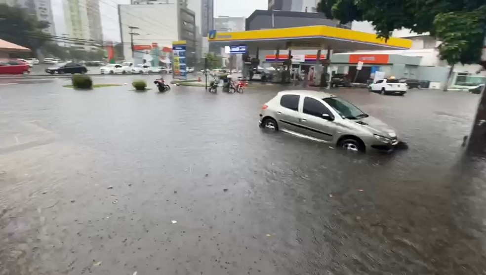 Carro fica preso em alagamento em Vitória  — Foto: VC no ES1