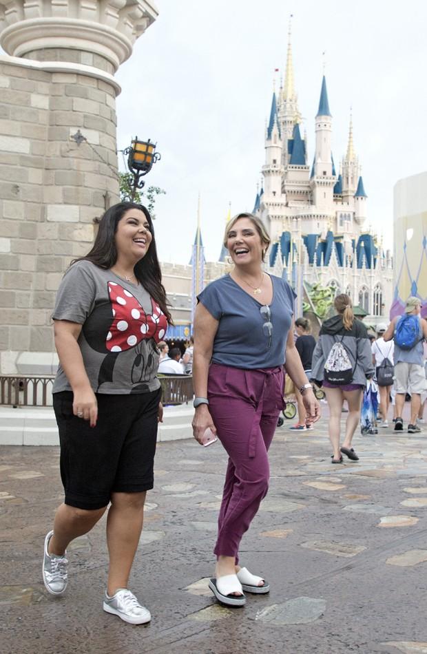 Fabiana Karla e Heloísa Périssé passeiam no parque Magic Kingdom (Foto: Gregg Newton/Walt Disney World)