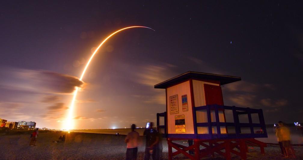 Falcon 9 da SpaceX é lançado com 60 satélites em Cabo Canaveral, na Flórida, na quinta (23) — Foto: Malcolm Denemark/AP