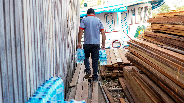 Famílias afetadas pelo avanço do mar no Rio Amazonas recebem doações de água potável