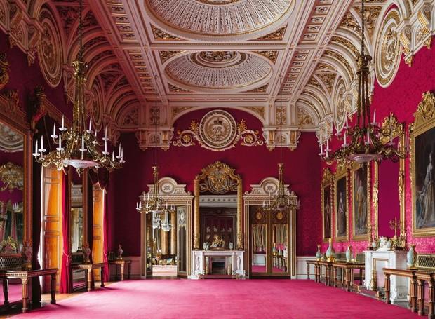 Cores vibrantes estão por todo o palácio e as paredes e tetos ornamentados garantem o visual de lar da realeza (Foto: Editora Rizzoli/ Ashley Hicks/ Reprodução)