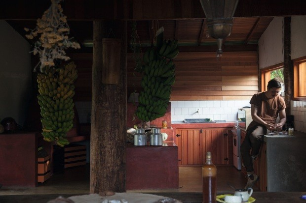 """Para o projeto de viver na fazenda ser financeiramente sustentável, o casal teve de diversificar as ofertas, explorando possibilidades desde a gastronomia até o design. """"Todas as atividades se pagam, mas é o conjunto que faz sentido"""", conta Yentl (Foto: Mayra Azzi / Editora Globo)"""