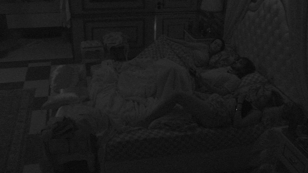 Fiuk deita ao lado de Juliette e ganha carinho da sister no BBB21: 'Faz carinho, não, que eu gosto'  — Foto: Globo