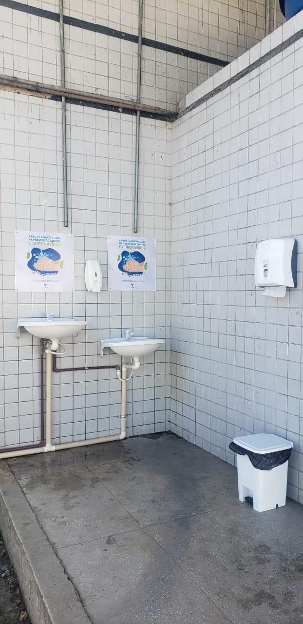 Casal instala pias com água e sabão em locais de grande aglomeração de pessoas em Maceió