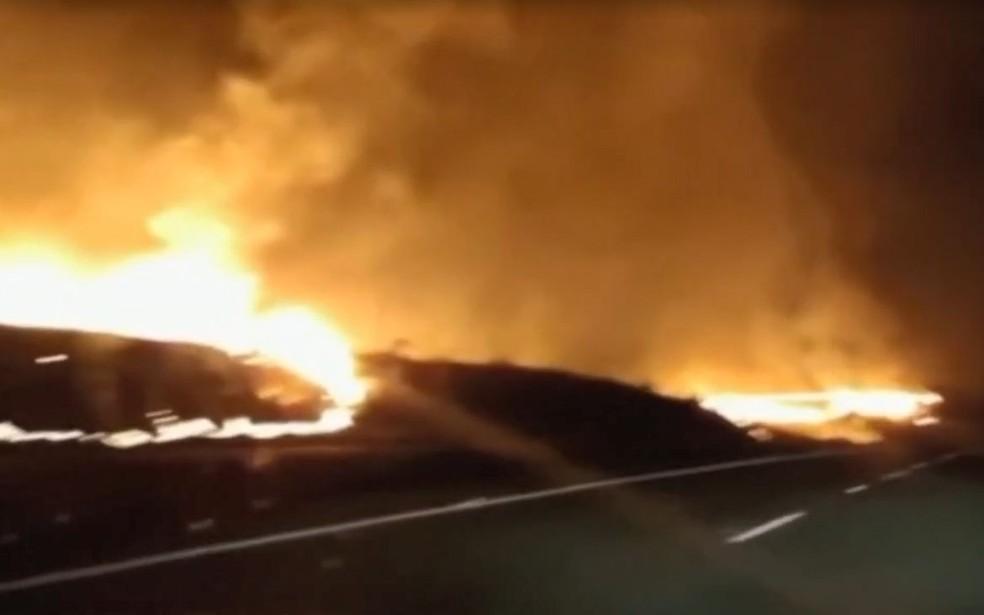Fogo atingiu a área bem próxima da rodovia que liga Bauru a Arealva  — Foto: TV TEM / Reprodução