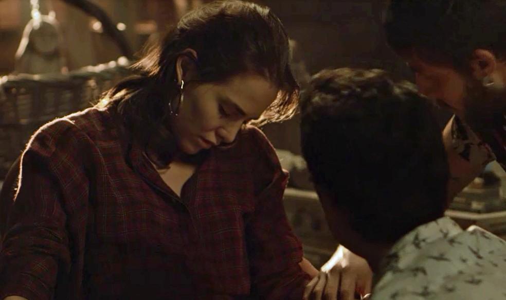 Rosa é encontrada desacordada por Valentim e Ícaro — Foto: TV Globo