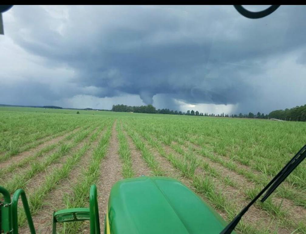 Nuvem em forma de tornado foi registrada em fazenda em Águas de Santa Bárbara (Foto: Arquivo Pessoal/Luciano Aparecido)