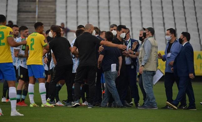 Confusão em campo no jogo Brasil x Argentina, interrompido por fiscais da Anvisa porque os jogadores da Argentina prestaram informações falsas