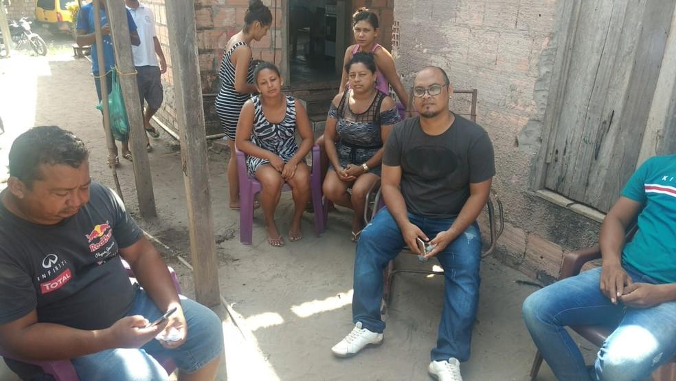 Ordinelson Almeida (de camisa preta e bermuda) e outros familiares das vítimas do trágico acidente  — Foto: Sílvia Vieira/G1