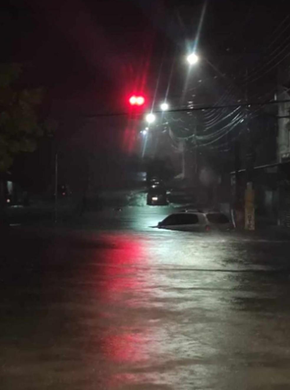 Carro submerso em uma avenida de Crateús.  — Foto: Reprodução/TV Verdes Mares