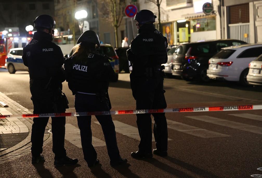 Policiais cercam região de Hanau, na Alemanha, onde assassinos abriram fogo nesta quarta-feira (19) — Foto: Kai Pfaffenbach / Reuters