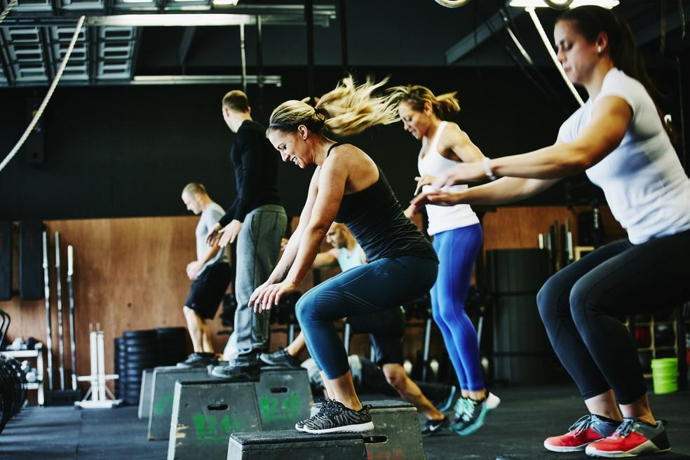 No box de crossfit, os atletas em ação para mais um wod, ou desafio do dia (Foto: Getty Images)