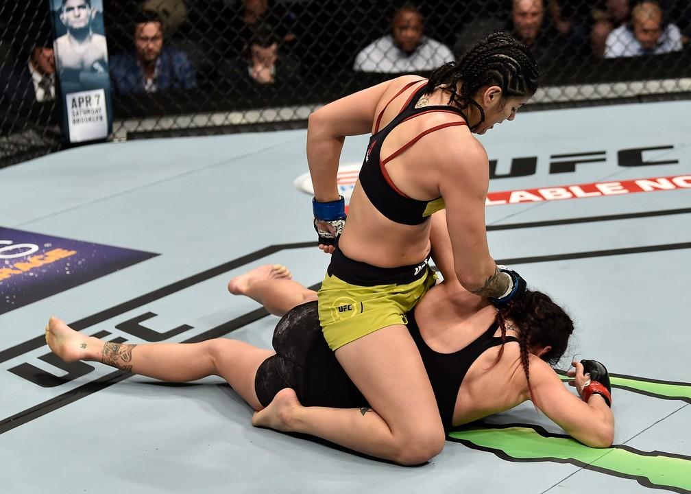 Ketlen Vieira castigou Cat Zingano no chão no segundo round e terminou com a vitória (Foto: Jeff Bottari/Zuffa LLC / Getty Images)
