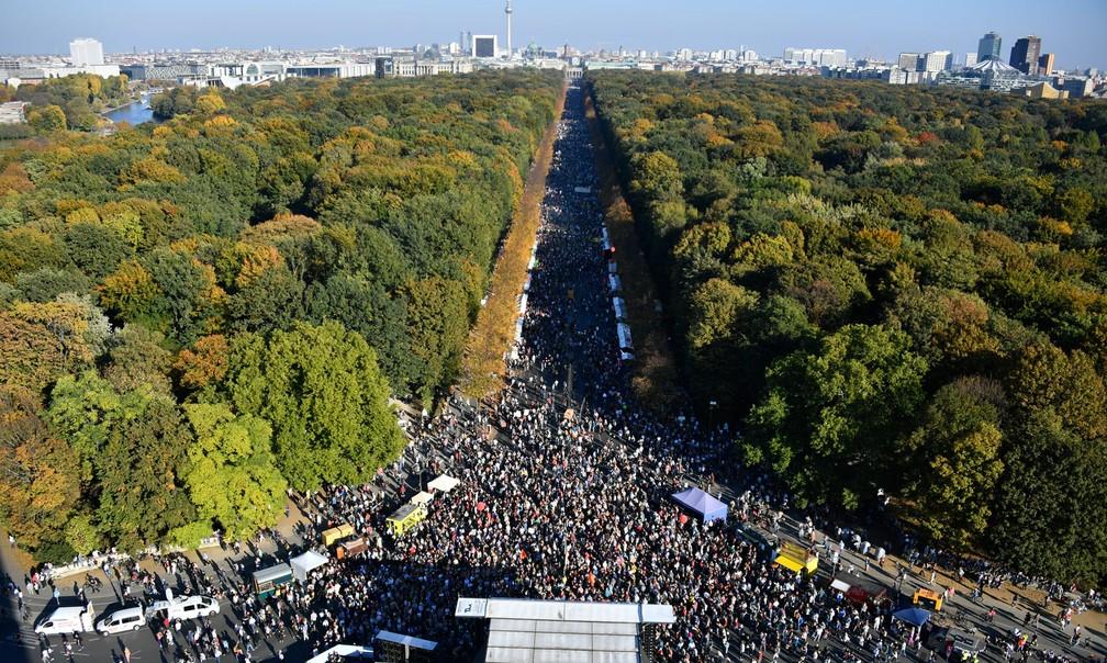 Protesto contra xenofobia e extrema-direita é realizado neste sábado (13) em Berlim, na Alemanha — Foto: John Macdougall/ AFP