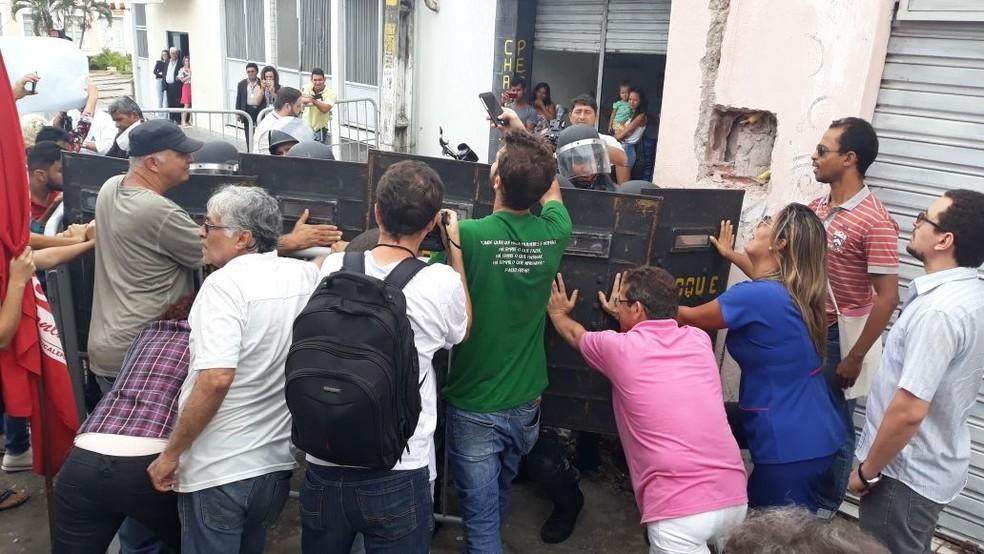 Policiais militares do Batalhão de Choque da Polícia Militar fazem um paredão humano na entrada da Assembleia Legislativa do RN para impedir a entrada de manifestantes (Foto: Cedida)