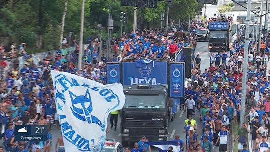 Campeões em casa! Com a taça da Copa do Brasil na mão, Cruzeiro é recebido nos braços da torcida