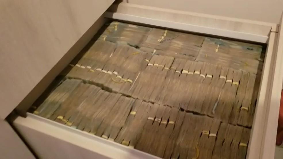 Armário com cerca de R$ 8 milhões foi encontrado na residência de um dos alvos, em Santana de Parnaíba — Foto: Divulgação/MP, Receita Federal e Secretaria estadual da Fazenda