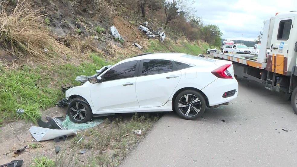 Um dos 4 carros envolvidos no acidente que deixou 3 mortos na Castello Branco nesse domingo (22) — Foto: Reprodução/TV Globo