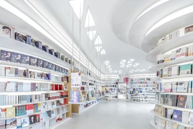Os livros colorem esta livraria com ares futuristas na China (Foto: Divulgação)