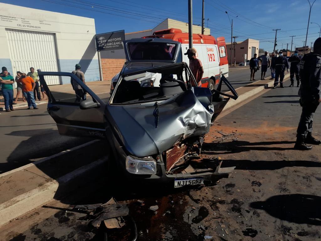 Quatro vítimas ficam presas às ferragens em acidente de carro e são encaminhadas para hospital em MT