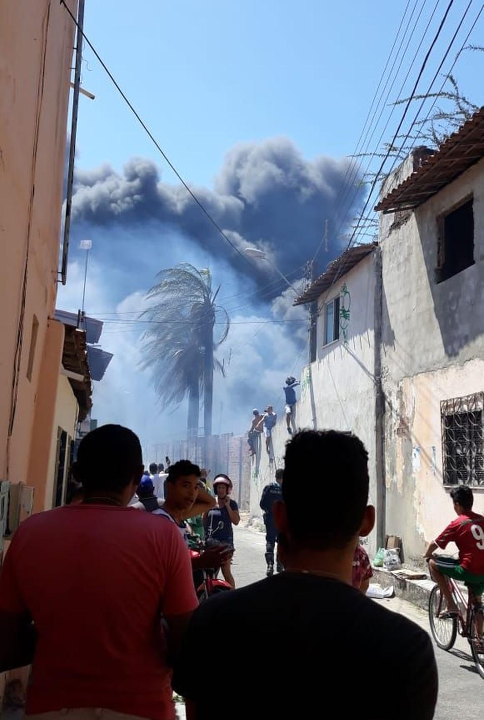 7d73e38a5 Foto: Incêndio atinge fábrica de roupas no Bairro Henrique Jorge, em  Fortaleza. — Foto: