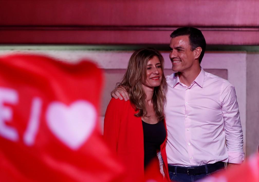 Pedro Sánchez comemora com a esposa, Begona Gomez, a vitória nas eleições gerais na Espanha, em abril — Foto: Sergio Perez/Reuters