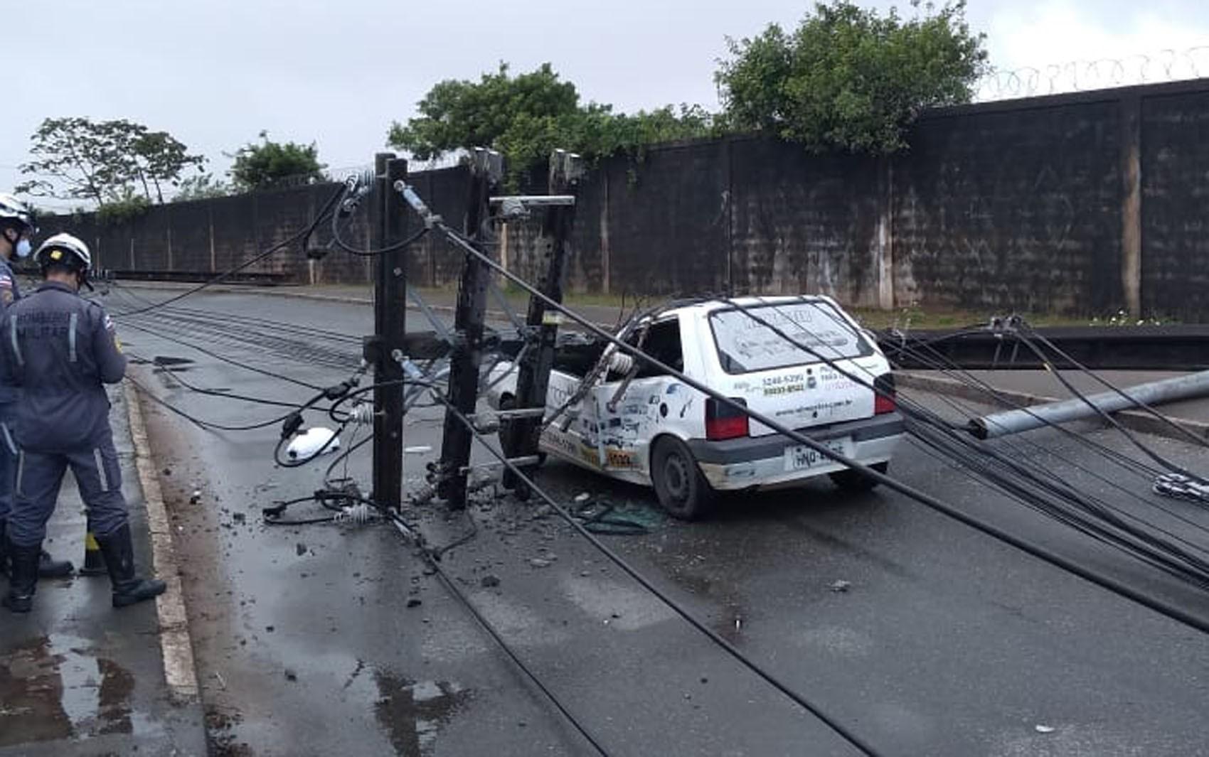 Poste cai em cima de carro no bairro de Pirajá e motorista fica preso dentro do veículo