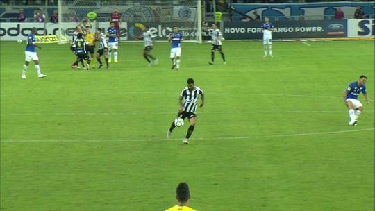 """Cereto vê Santos prejudicado contra o Cruzeiro e não perdoa árbitro: """"Merecia cartão vermelho direto"""""""