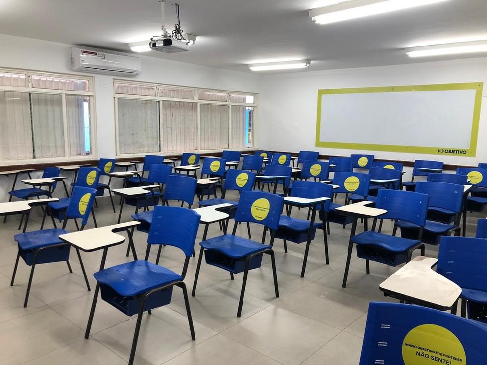Cadeiras foram adesivadas para que alunos não sentem em escola da Asa Norte, no DF — Foto: Walder Galvão/G1 DF