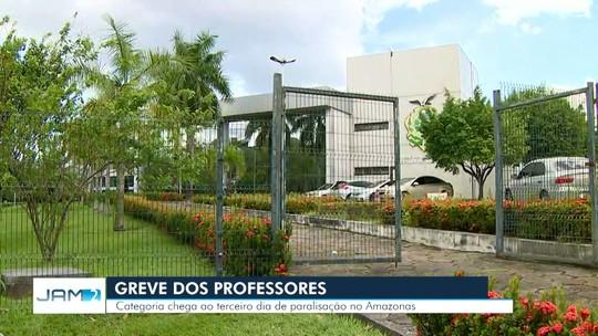 No terceiro dia de greve, professores protestam em frente à sede do Governo do AM