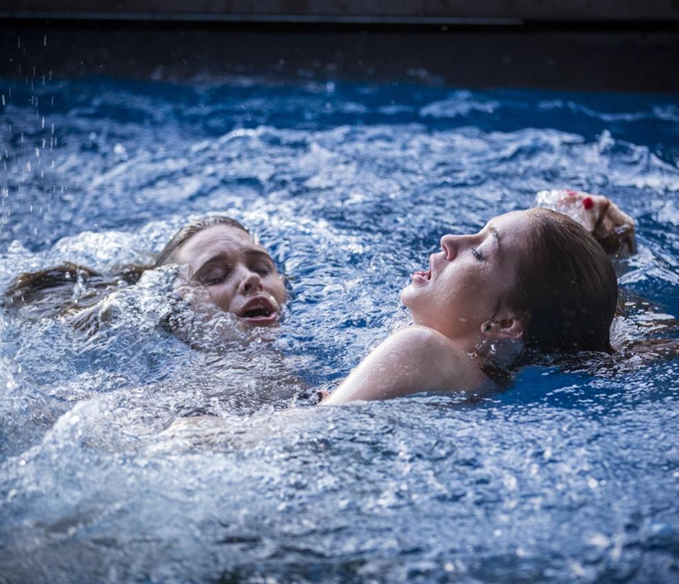 Cassandra (Juliana Paiva) tenta salvar Eliza (Marina Ruy Barbosa) em 'Totalmente Demais' — Foto: Inácio Moraes/Gshow