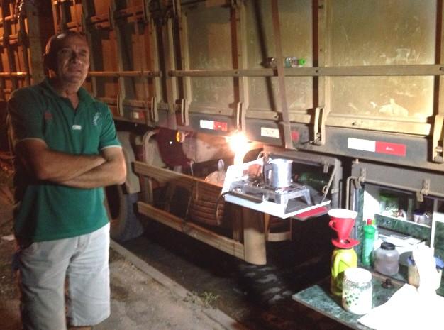 Geraldo tem improvisado alimentação no príoprio veículo (Foto: Rodrigo Martins/ G1)