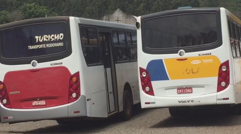 Ônibus foram apreendidos pela polícia em Piraju (Foto: Arquivo Pessoal/Cristiano Amorim)
