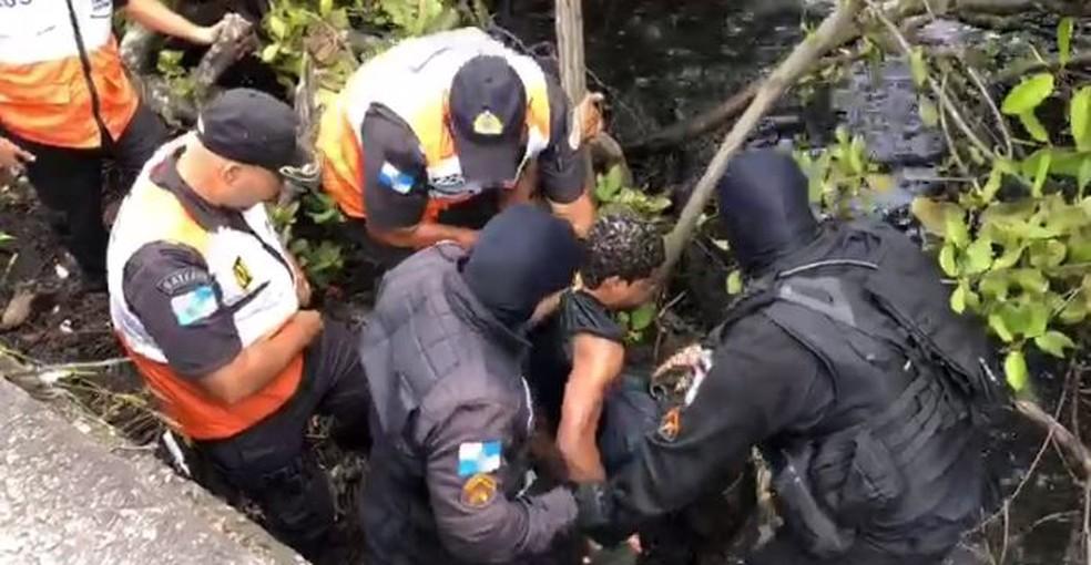 Criminoso ferido tentou se esconder na Lagoa Rodrigo de Freitas, mas foi encontrado por policiais — Foto: Reprodução/redes sociais