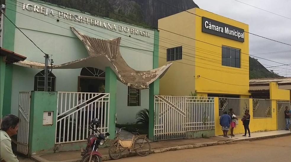 Vítima foi velada em igreja ao lado da Câmara Municipal, que é presidida pelo suspeito do crime (Foto: Alexandre Kapiche/InterTV dos Vales)