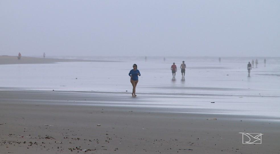 Caminhar na praia durante fortes chuvas gera um grande risco de queda de raios — Foto: Reprodução/TV Mirante