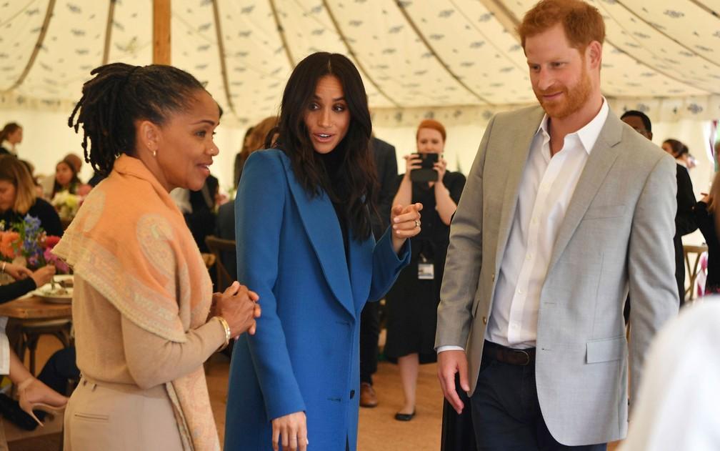 Ao lado da mãe, Doria Ragland, e do marido, o príncipe Harry, a duquesa de Sussex, Meghan, participa do lançamento do livro 'Together', no Palácio de Kensington, em Londres, na quinta-feira (20) — Foto: Ben Stansall/Pool Photo via AP
