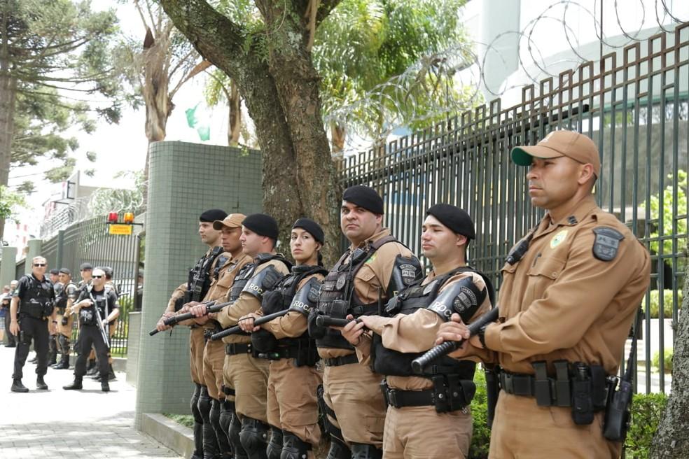 PMs cercam o prédio da Justiça Federal para interrogatório do Lula — Foto: Giuliano Gomes/PRPress