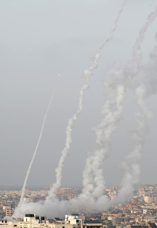 Foguetes são lançados por militantes do Hamas em Gaza em direção a Israel, em meio à escalada da tensão em Jerusalém, nesta segunda (10) — Foto: Mohammed Salem/Reuters