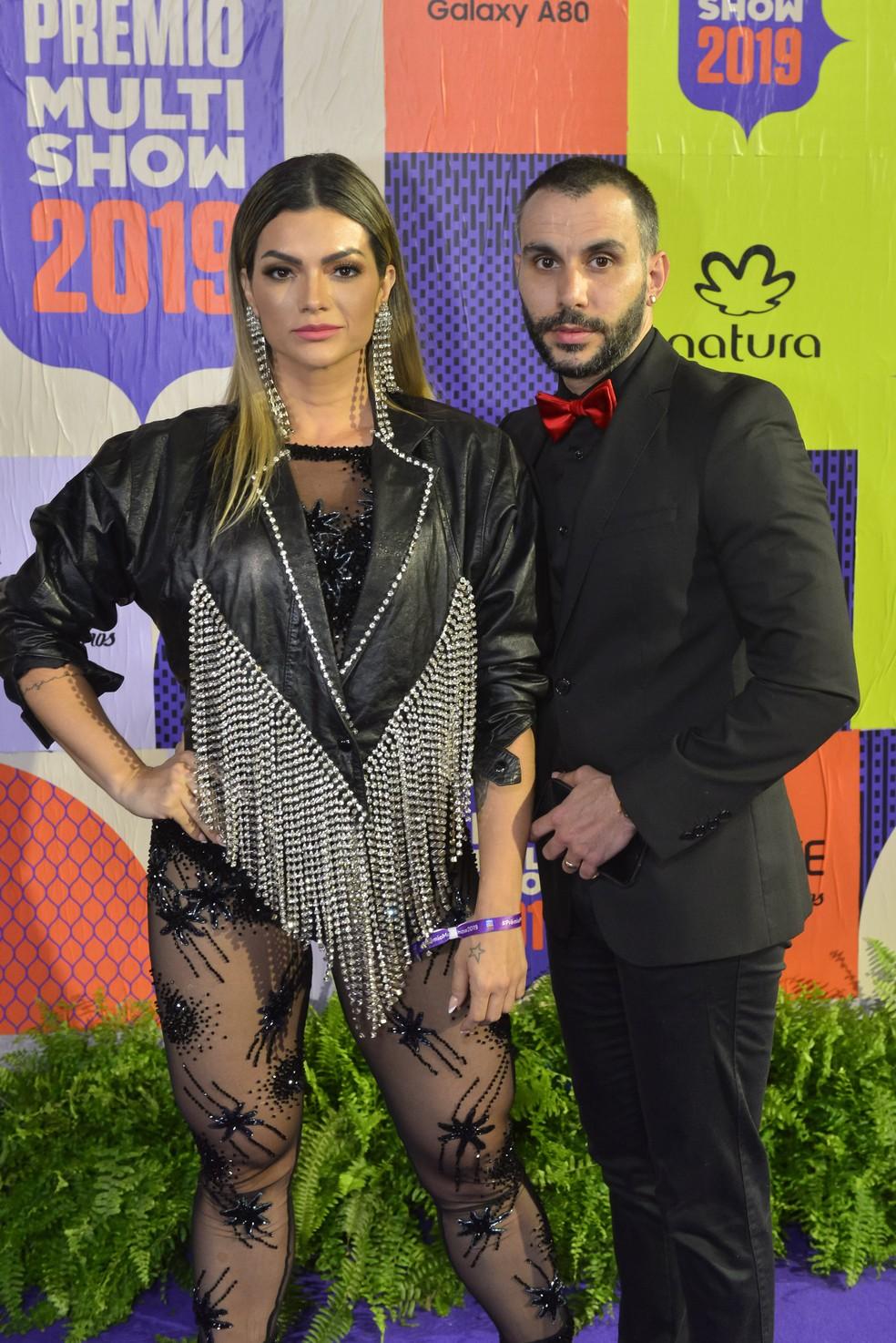 Kelly Key, acompanhada do marido, Mico Freitas, roubou a cena de calça transparente, mais jaqueta de couro com franjas — Foto: Fabio Cordeiro/Gshow
