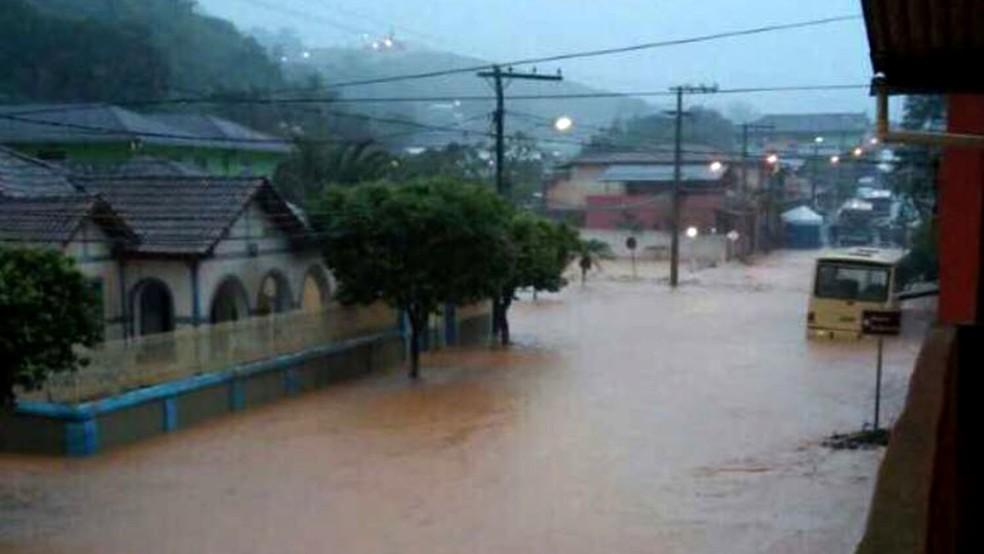 Tromba dgua atingiu a cidade de Urucnia na Zona da Mata na madrugada desta segunda 4 Foto Divulgao Prefeitura