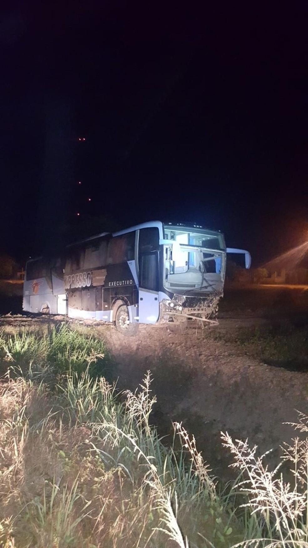 Passageiro teve um surto e agrediu o condutor do veículo, que perdeu o controle da direção e saiu de pista (Foto: Divulgação/Polícia Rodoviária Federal)