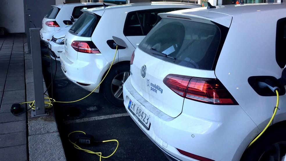 Carros elétricos estacionados ponto de recarga de bateria em Oslo — Foto: Terje Solsvik/Reuters