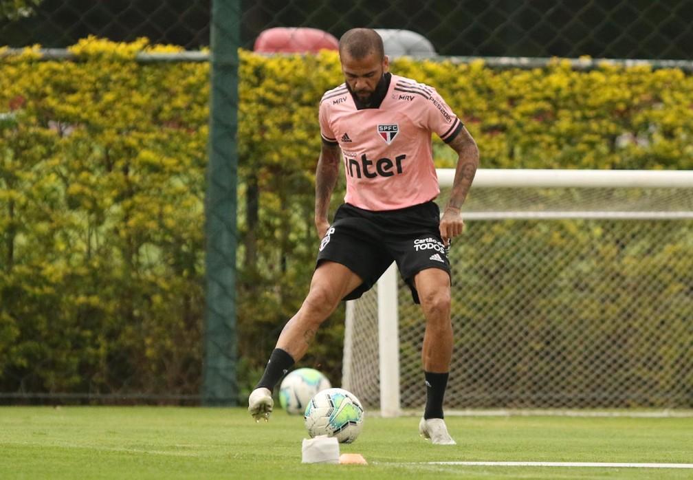 Daniel Alves em treino do São Paulo — Foto: Rubens Chiri / saopaulofc.net