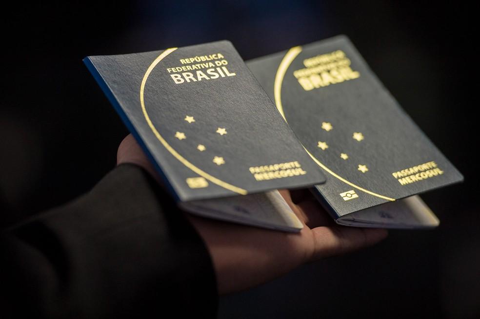 Novo passaporte comum eletrônico brasileiro. O documento passou a ser emitido desde a última segunda -feira (6) pela Polícia Federal e Casa da Moeda, e terá prazo de validade de 10 anos (Marcelo Camargo/Agência Brasil) — Foto: Marcelo Camargo/Agência Brasil