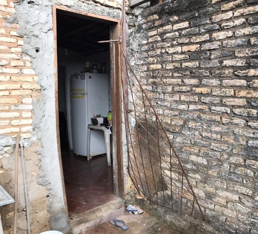 Residência foi arrombada e invadida pelos criminosos (Foto: Kleber Teixeira/Inter TV Cabugi)